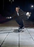 Костюм и галстук привлекательного и успешного скейтборда катания бизнесмена нося Стоковые Фото