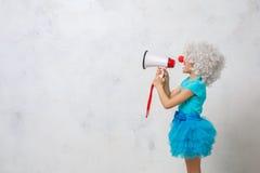 Костюм клоуна маленькой девочки нося изолированный на белизне Стоковая Фотография RF