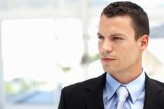 Костюм молодого бизнесмена нося в офисе Стоковые Фото