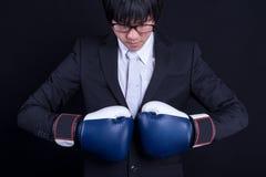 Костюм молодого бизнесмена нося с перчатками бокса Стоковые Фотографии RF
