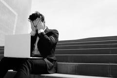 Костюм молодого конфиденциального бизнесмена нося и использовать современную компьтер-книжку outdoors Успешный банкир работая сна Стоковые Изображения