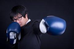 Костюм молодого бизнесмена нося с перчатками бокса Стоковое Фото