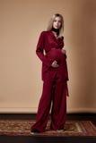 Костюм моды стиля носки светлых волос беременной женщины красный silk для m Стоковое Изображение