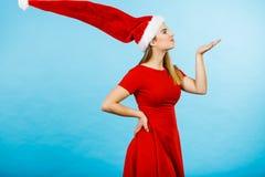 Костюм рождества женщины посылая поцелуи Стоковое Изображение