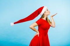 Костюм рождества женщины посылая поцелуи Стоковые Фотографии RF