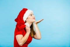Костюм рождества женщины посылая поцелуи Стоковое Фото