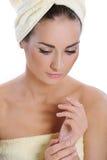 костюм руки девушки ванны красивейший cream Стоковая Фотография