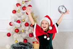 Костюм шляпы santa ребенк девушки со стороной часов возбужденной счастливой считая время к Новому Году Последние мельчайшие Новые стоковое изображение rf