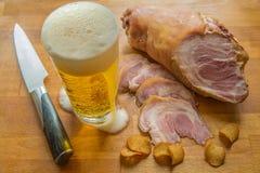 Костяшка и пиво свинины Стоковые Изображения RF
