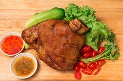 Костяшка свинины или немецкие hocks свинины с овощем и плодоовощ служили с соусом на прерывая доске и на деревянном столе стоковые фото