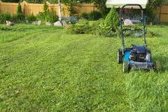 Кося травокосилка лужаек на конце инструмента работы заботы садовника оборудования травы косилки зеленой травы кося вверх по дню  Стоковое Фото