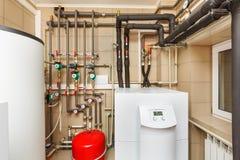 Котельное помещение домочадца с тепловым насосом, бочонком; Клапаны; Датчики a Стоковые Изображения RF