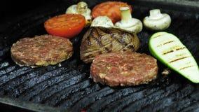 Котлеты бургера, филе мяса зажарили в духовке чеснок, перец chili, красное сваренное на гриле сток-видео