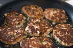 Котлеты бургеров мяса зажарены на сковороде, варя, еде Стоковая Фотография RF