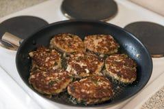 Котлеты бургеров мяса с коричневым цветом зажарили в сковороде, варя, Стоковое Фото