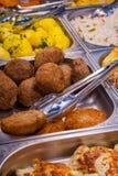 Котлеты, картошки на счетчике с схватами кухни металла Стоковое Изображение