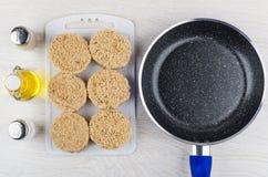 Котлеты сырого мяса, постное масло, соль, перец, сковорода Стоковая Фотография RF