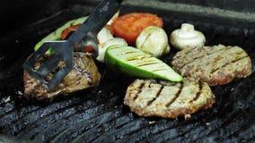 Котлеты, филе мяса зажарили в духовке чеснок, перец chili, красное сваренное на гриле акции видеоматериалы