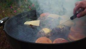 Котлеты чизбургеров на барбекю зажаренном верхней частью внешнем акции видеоматериалы