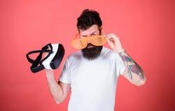 Которые стекла выбирают louvered или виртуальное Укомплектуйте личным составом бородатый битника с шлемофоном виртуальной реально стоковая фотография