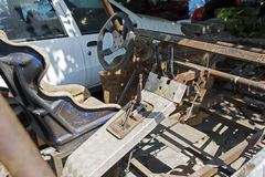 , который сгорели ржавый покинутый корабль 4x4 SUV в улице Стоковые Фото