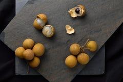 , который слезли longan dimocarpus longan с пуком зрелого longan Стоковое Фото