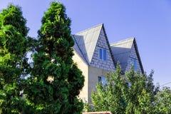 коттедж города 2-этажа современный летом красивым стоковое изображение