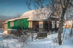 Коттедж в утре деревни одного снежном в России Стоковая Фотография