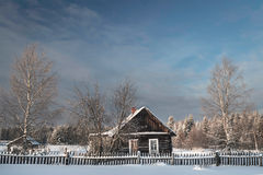 Коттедж в утре деревни одного снежном в России Стоковые Фотографии RF