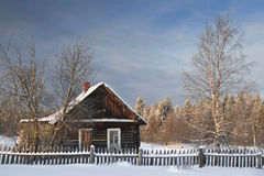 Коттедж в утре деревни одного снежном в России Стоковое Изображение RF