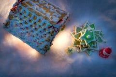 Коттедж пряника с рождественской елкой и подарками Стоковые Фотографии RF