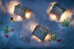 Коттедж пряника Snowy с santa и подарками Стоковое Фото