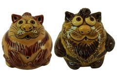Коты - керамическая статуэтка белизна изолированная предпосылкой Стоковое фото RF