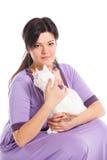 Кот белизны владением молодой женщины. Стоковые Изображения RF