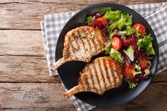 Котлета свинины BBQ пряная с смешанным салатом на конце-вверх плиты Hori Стоковое Изображение