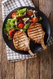 Котлета свинины BBQ пряная с смешанным салатом на конце-вверх плиты Vert Стоковое фото RF