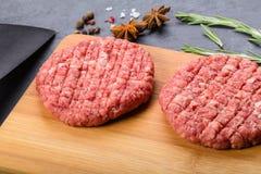 2 котлеты говядины на деревянной плите Стоковые Изображения