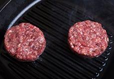 Котлеты свежего мяса в гриле сковороды Стоковые Изображения RF