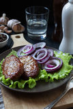 Котлеты свинины с салатом и луком Стоковая Фотография RF