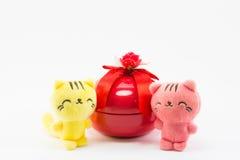 Кот игрушечного около красной подарочной коробки на белой предпосылке Стоковая Фотография RF