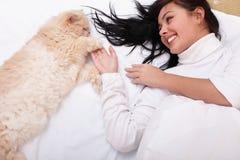 кот кровати ее женщина Стоковое Фото