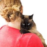 Кот нося женщины на плече Стоковые Изображения