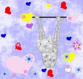 Кот серого цвета висит на лапках с сердцами Стоковое Изображение