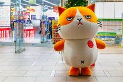 Кот талисмана шаржа перед универмагом камеры Bic в токио стоковое изображение rf