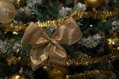 Коул вверх по золотому смычку рождества Стоковое Фото