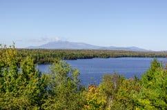 Коул обозревает взгляд через Salmon озеро поток к держателю Katahd Стоковые Фотографии RF