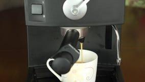 Кофеварка льет кофе в чашку Заполняя чашка с горячим свежим кофе Конец-вверх акции видеоматериалы