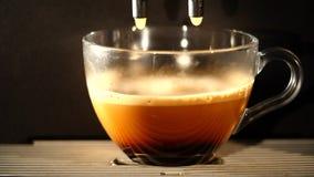 Кофеварка льет кофе в чашку Конец-вверх сток-видео