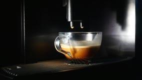 Кофеварка льет кофе в чашку Конец-вверх видеоматериал