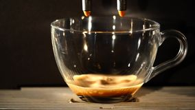 Кофеварка льет кофе в чашку Конец-вверх акции видеоматериалы